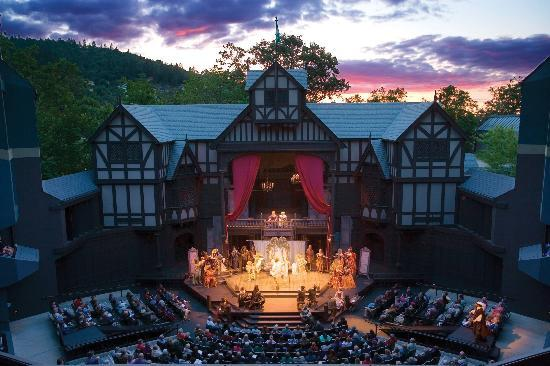 One of America's oldest Elizabethan theatres, the Elizabethan Stage is named for a queen and the glorious age in which Shakespeare wrote. Beneath a canopy of stars, in the comfort of the Allen Pavilion. Seats 1,190.